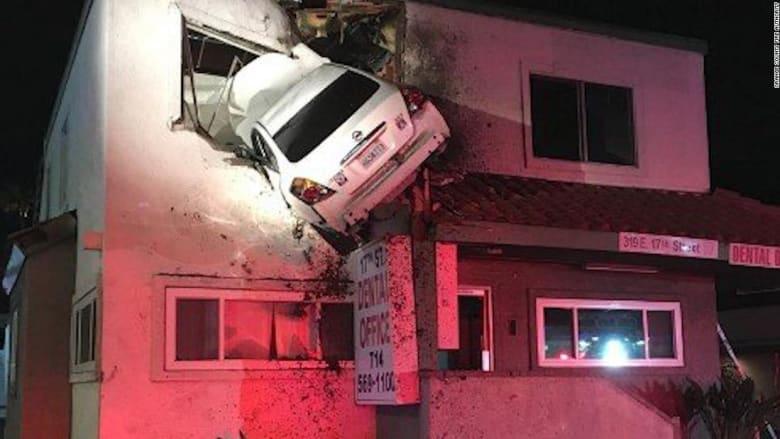 حادث بكاميرا مراقبة.. كيف وصلت هذه السيارة للطابق الثاني؟