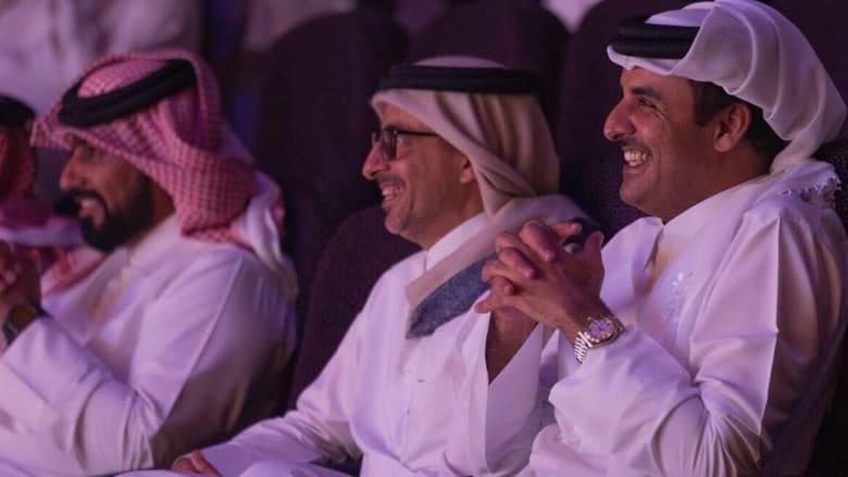 شاهد.. أمير قطر يحضر مسرحية كوميدية عن الأزمة الخليجية