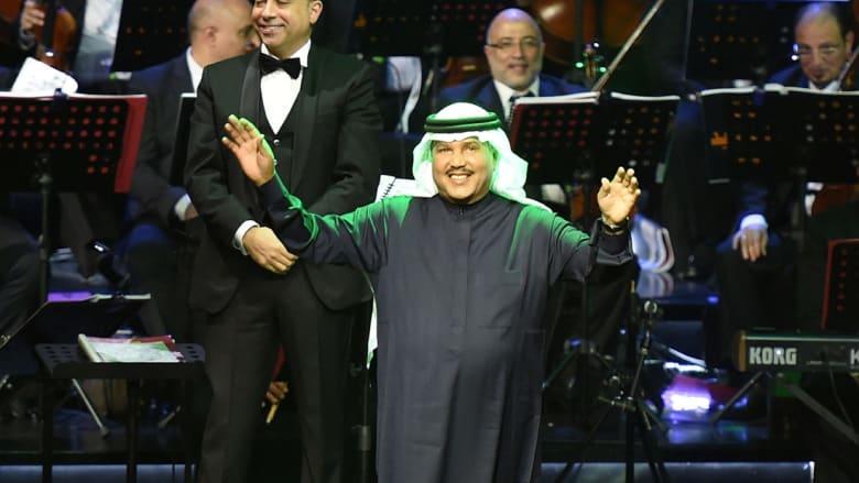 شاهد.. محمد عبده يمازح إعلامية ويحرجها على الهواء