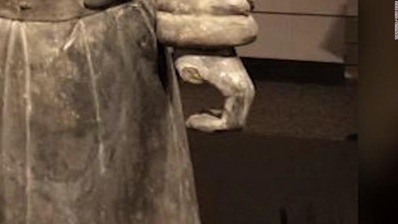 أمريكي يسرق إصبع تمثال صيني عمره 2000 عام
