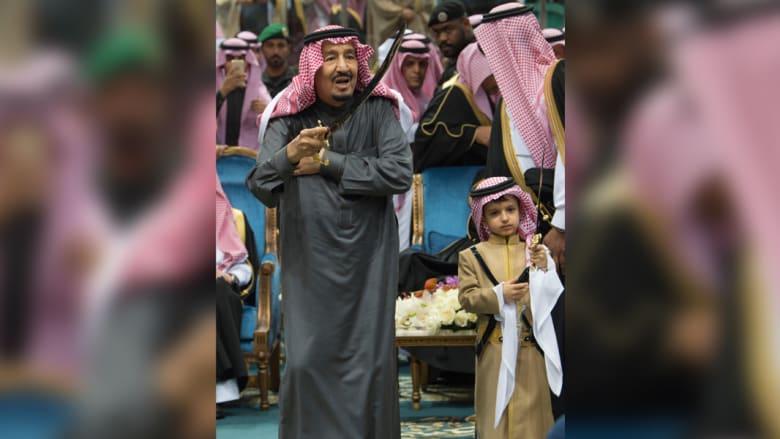 """تعرف الى الطفل الذي ظهر في """"العرضة"""" بجانب الملك سلمان في """"الجنادرية"""""""