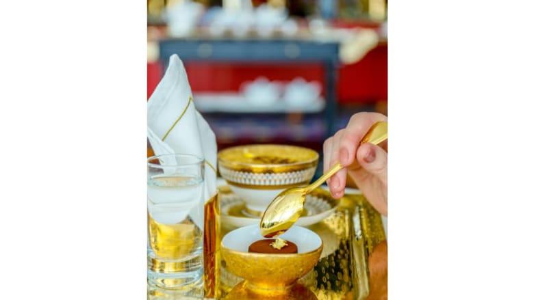 وجبة طعام مكونة من 24 قيراطاً من الذهب في دبي فقط