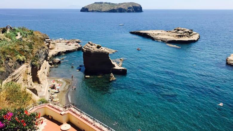 السياح يتوافدون إلى جزيرتين بايطاليا للقاء حوريات البحر