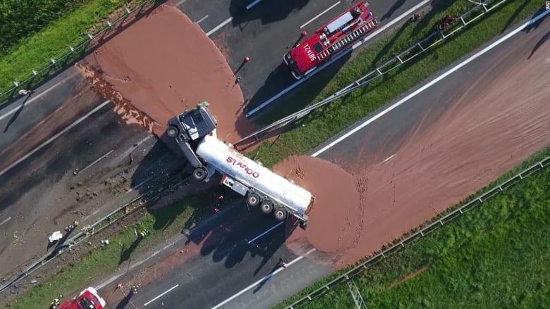 شاهد..نهر من الشوكولاتة يغمر طريقاً سريعاً في بولندا