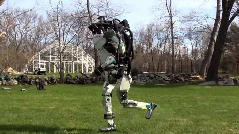 شاهد.. روبوت يقلد البشر وآخر ينافس الكلاب