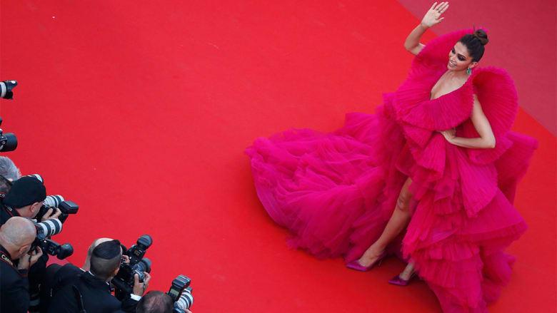 """الفستان """"الأكثر جنوناً"""" على سجادة """"كان"""" الحمراء.. من تصميم سعودي!"""