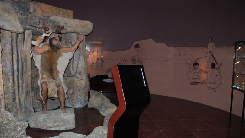 """قاعة """"أشخاص ما قبل التاريخ"""" في متحف منتزه قوبستان الوطني."""
