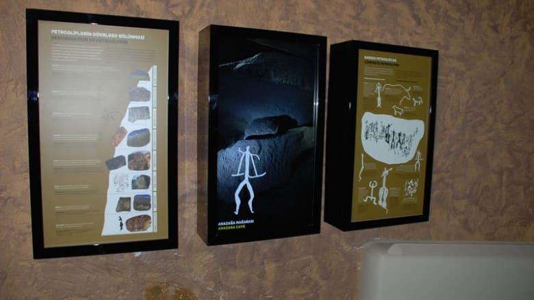 لوحاتٌ تعليمية تتمحور حول النقوش التاريخية في منتزه قوبستان الوطني.