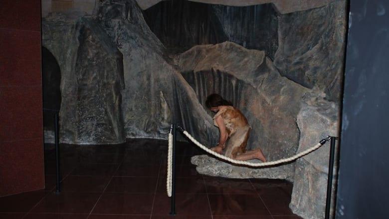 """قاعة """" فنانو عصر ما قبل التاريخ من قوبستان"""" في المتحف."""