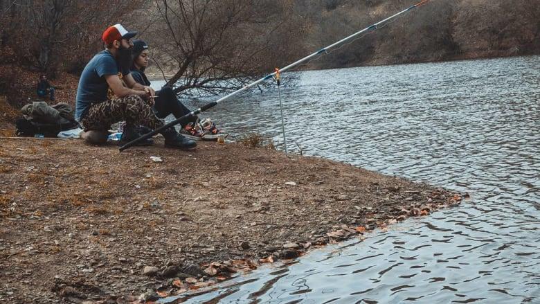 صيد السمك في بحيرة ألبان.