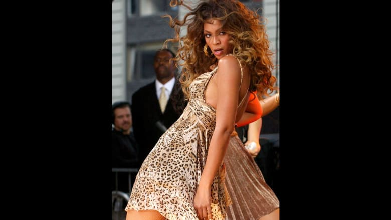 مغنية البوب بيونسيه ترتدي فستاناً بطبعة جلد الفهد في العام 2006.
