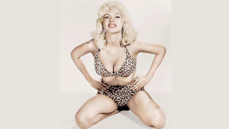 الممثلة جين مانسفيلد ترتدي بيكيني من جلد الفهد في العام 1953.