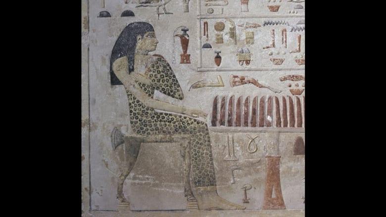 تظهر الأميرة المصرية نفرتيابيت القديمة في هذه الصورة وهي ترتدي طبعة الفهد.