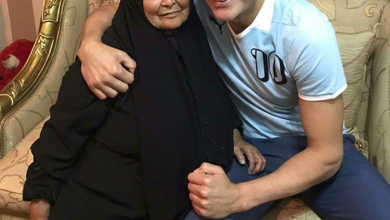 بعد أن نشر صورته معها.. عصام الحضري يرد على الإهانات التي وجهت لوالدته