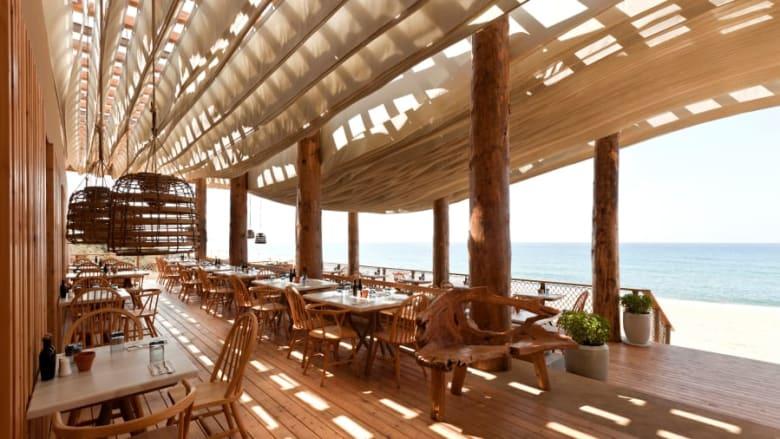 بالصور.. ما رأيك في هذا المطعم اليوناني ذو السقف المتحرك؟