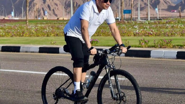 """بعد عودته من ألمانيا.. السيسي يتفقد شرم الشيخ بـ""""الدراجة"""" فجرا"""