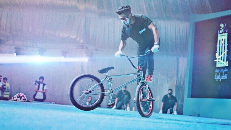 """ما بين التشويق والخطر..حركات """"بهلوانية"""" على الدراجات في السعودية"""