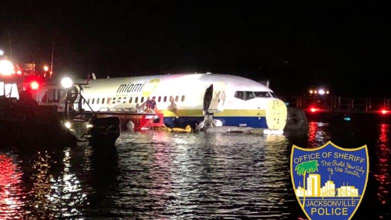 أقلعت من غوانتانامو.. طائرة تحمل 136 راكبا تنحرف وتهبط في نهر