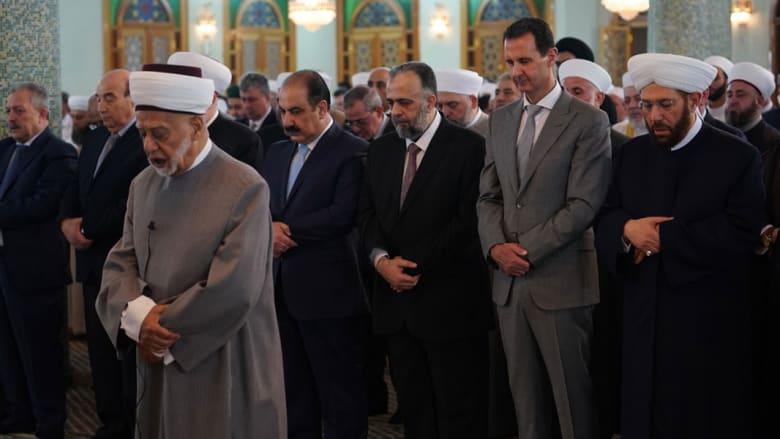 بالصور.. بشار الأسد يؤدي صلاة العيد بمسجد يحمل اسم والده في دمشق