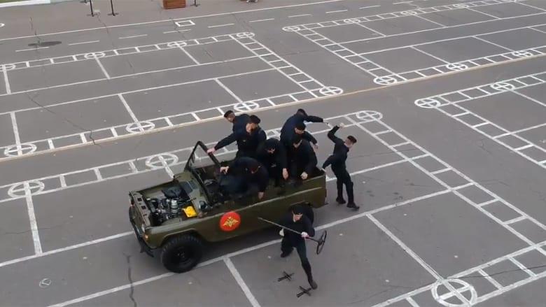 فك وتركيب سيارة بدقائق وانضباط جمالي.. دفاع روسيا تعيد نشر مقتطفات عرض عسكري