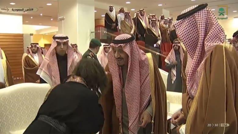 الملك سلمان خلال السلام على حضور بكأس السعودية