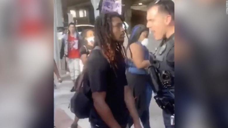 هذا ما فعله شرطي أسود عندما شاهد ضابطا آخر يدفع متظاهر