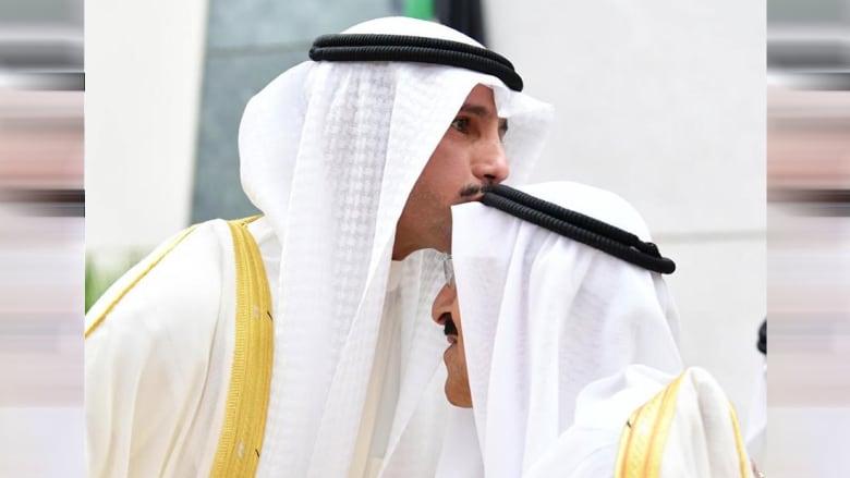 صورة أرشيفية لتقبيل مروزق الغانم رأس أمير الكويت الشيخ صباح