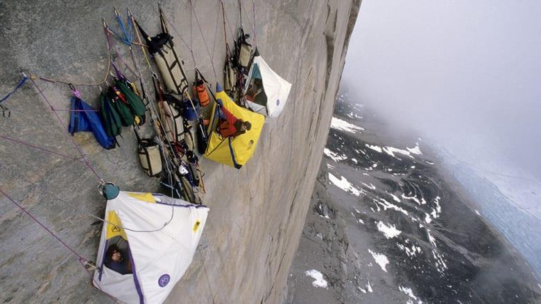داخل خيمة معلقة على جانب جبل شاهق.. هل تجرؤ على النوم هنا؟