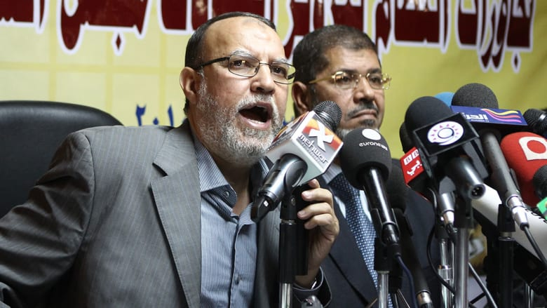 صورة ارشيفية لعصام العريان مع الرئيس المصري الأسبق محمد مرسي (يسار) خلال مؤتمر