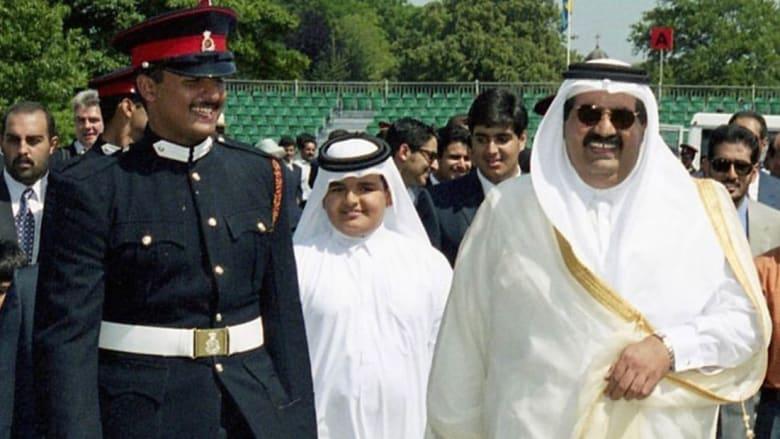 جوعان بن حمد ينشر صورة قديمة لأمير قطر ووالدهما ويعلق