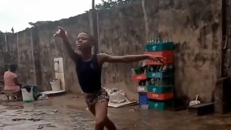 الفتى الراقص حافيًا تحت المطر يحصل على منحة أمريكية للباليه