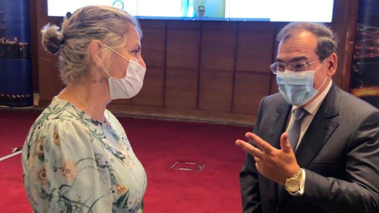 الصورة التي نشرتها السفير الإسرائيلية مع وزير البترول المصري