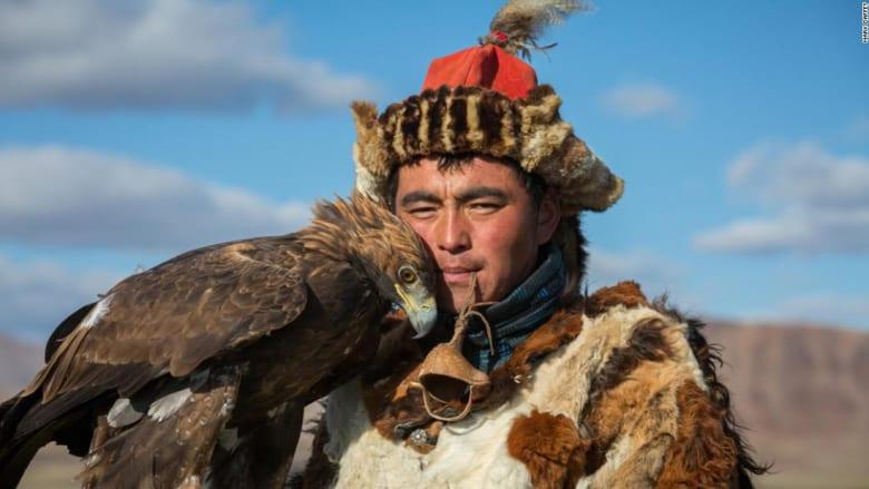 """صياد نسور جنن النساء بوسامته.. تعرف إلى """"المحارب الفولاذي"""" بمنغوليا"""