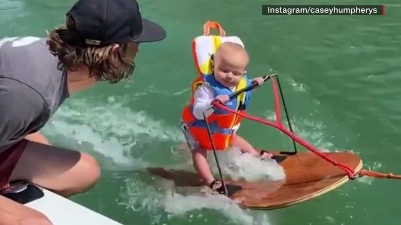 شاهد.. رضيع عمره 6 أشهر يتزلج على الماء