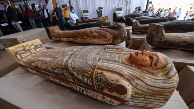 مصر تكشف عن 59 تابوت أثري يعود تاريخها لـ2600 عام بمنطقة آثار سقارة