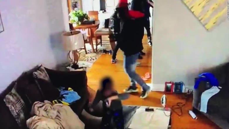 كاميرا مراقبة ترصد طفلا يواجه بشجاعة مسلحين اقتحموا منزل عائلته