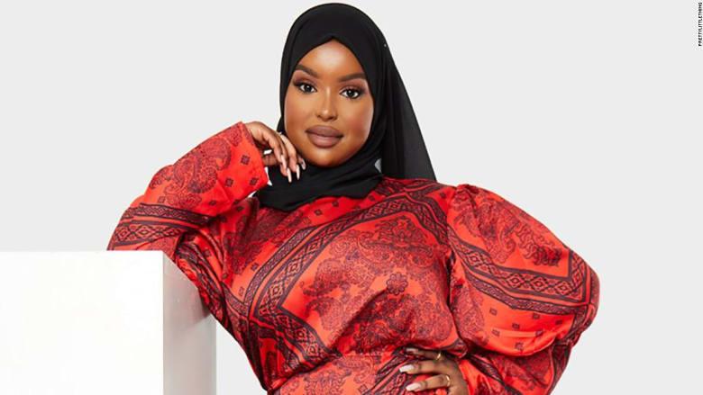 عارضة أزياء مسلمة ذات حجم زائد تكسر الحواجز في عالم الموضة