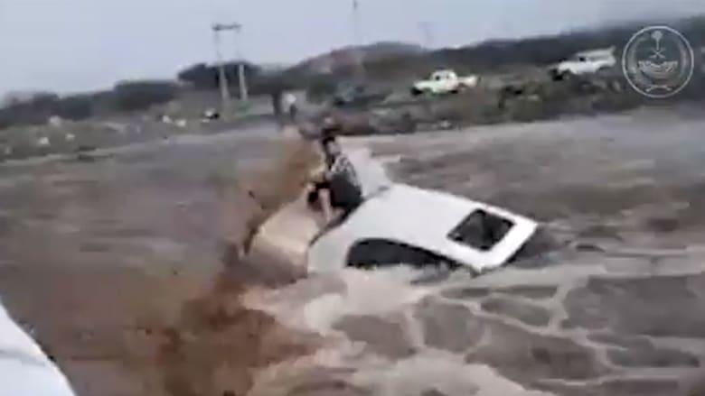 صورة من فيديو نشرته الداخلية السعودية عن تداعيات محاولة اجتياز السيول