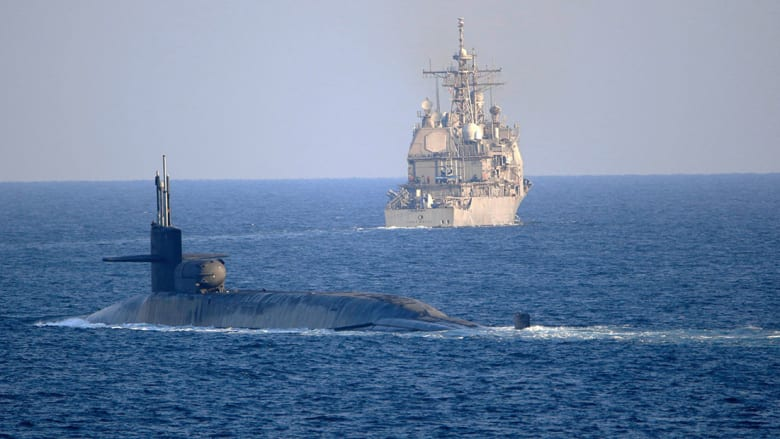 إحدى الغواصات الأمريكية تعبر مضيق هرمز