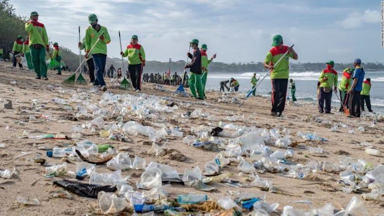 إزالة أطنان من النفايات البلاستيكية على شاطئ شهير في بالي مع بداية العام الجديد