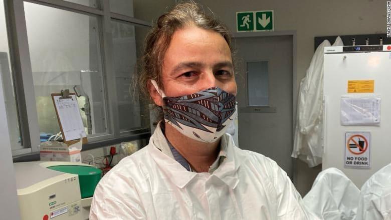 رهان على زجاجة نبيذ..هكذا بدأ اكتشاف طفرة فيروس كورونا في جنوب إفريقيا مشابهة للموجودة في بريطانيا