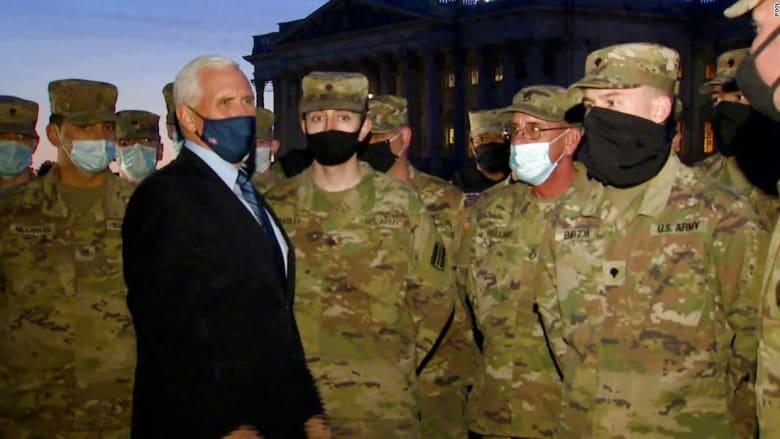 شاهد.. بنس يزور عناصر الحرس الوطني في مبنى الكابيتول بشكل مفاجىء