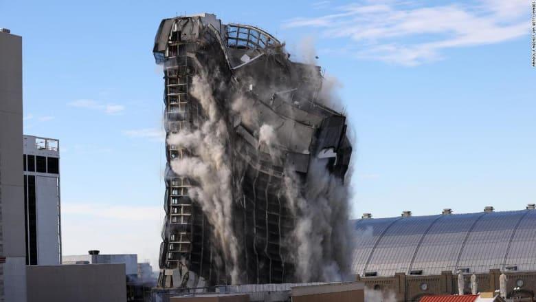 شاهد.. لحظة تدمير فندق وكازينو لترامب افتتحه قبل 37 عامًا