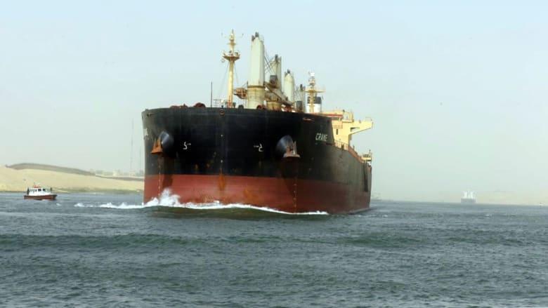 صورة لإحدى السفن التي تعبر قناة السويس