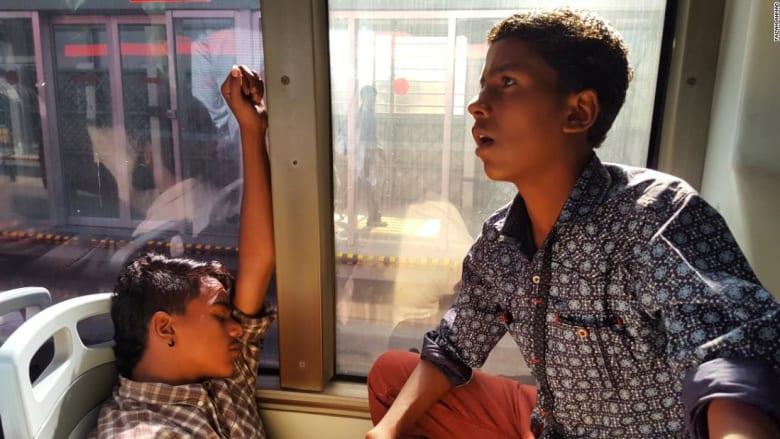 باكستاني يوثق حياة ركاب المتروباص في لاهور