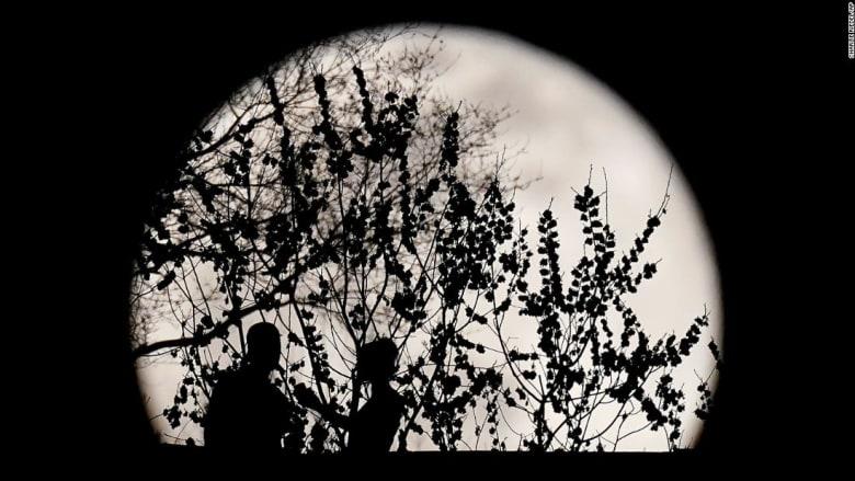 """قمر """"الدودة"""" العملاق يضيء السماء في جميع أنحاء العالم"""