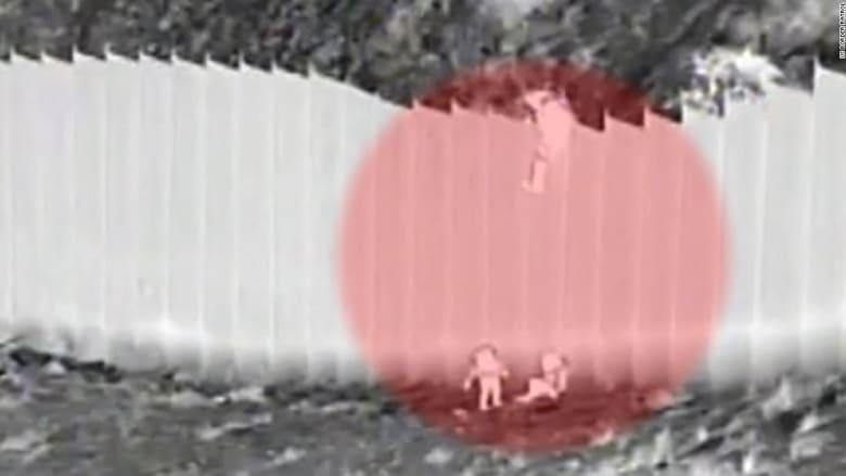 مهربون يلقون طفلتان من فوق جدار.. كاميرا مراقبة ترصد ما حدث على حدود أمريكا مع المكسيك