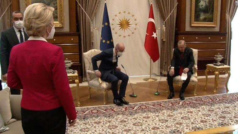 جلس الرجال وتركوها واقفة.. موقف محرج لرئيسة المفوضية الأوروبية في وجود أردوغان
