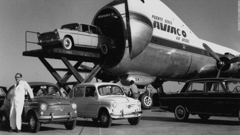 كانت تحمل السيارات مع ركابها..تعرف إلى واحدة من أغرب الطائرات في العالم