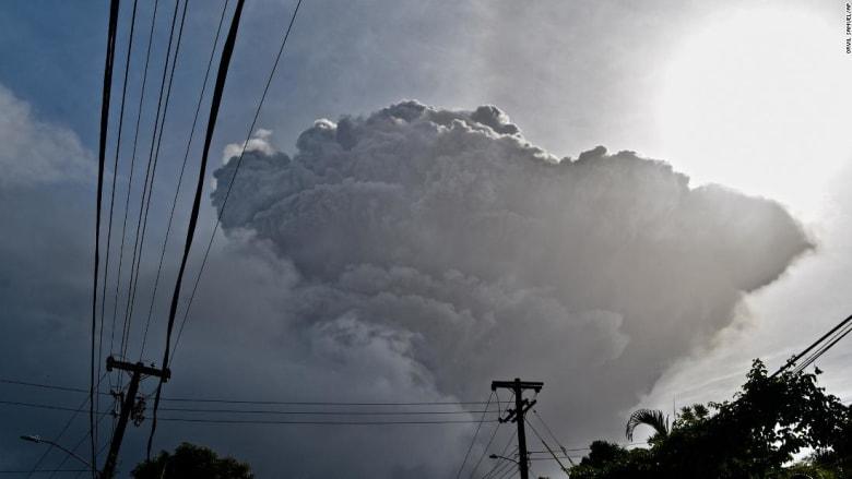 """لحظات ثوران بركان """"لا سوفريير"""".. قذف الرماد لأكثر من 4 كيلومتر نحو السماء"""